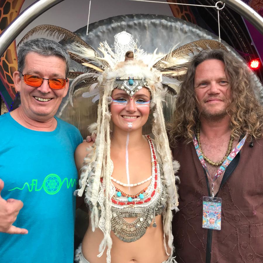 Jens, Tuulia und Thomas von Cosmic Vibration. Tuulia in der Mitte trägt einen aufwendigen Fedrkopfschmuck.