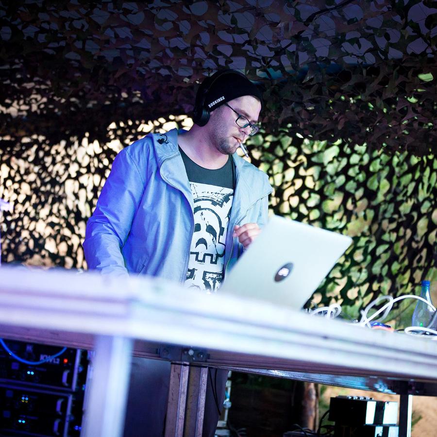 Der DJ Smalltownfreakz steht am Rechner.