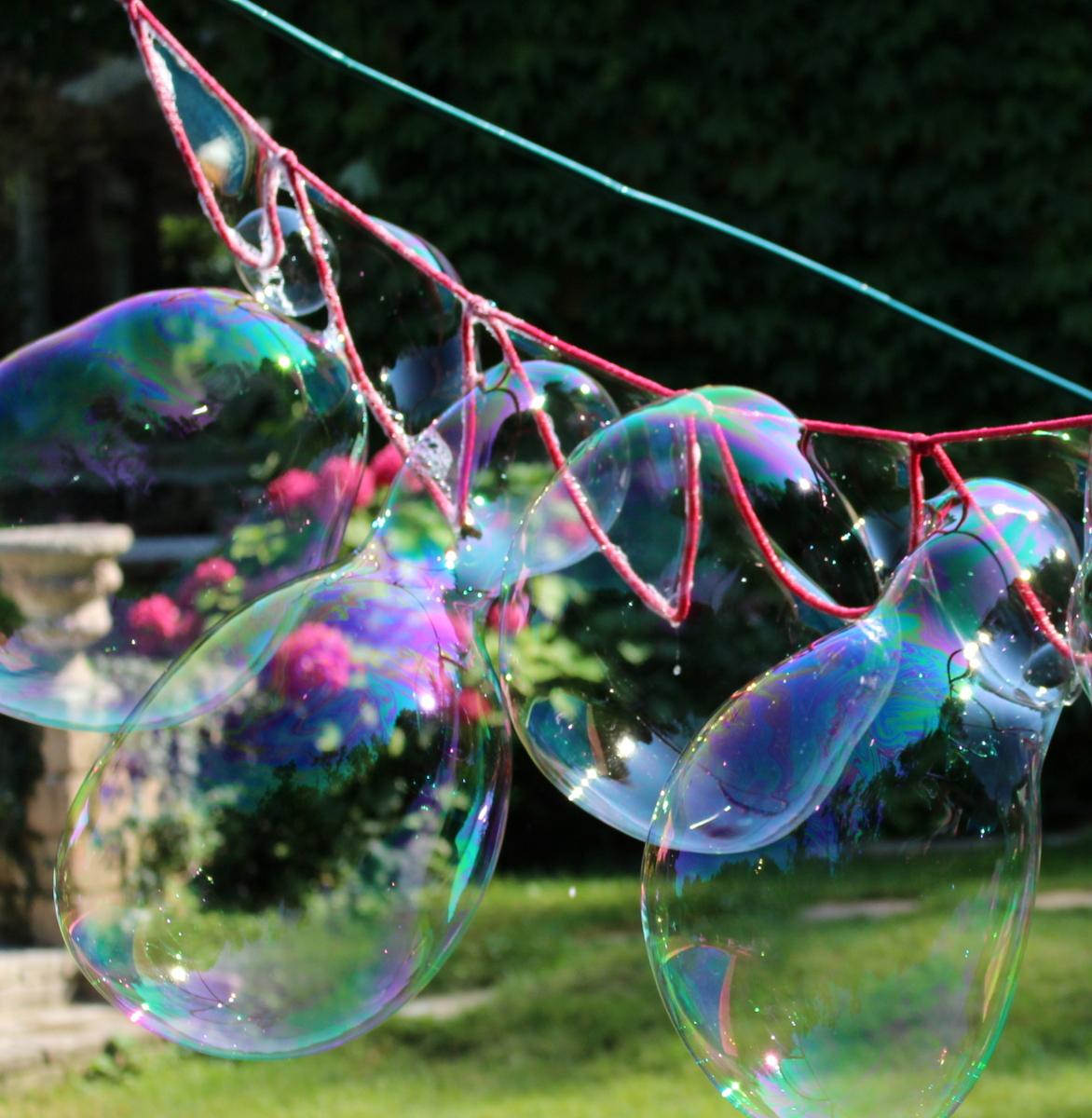 Riesenseifenblasen an einer Schnur