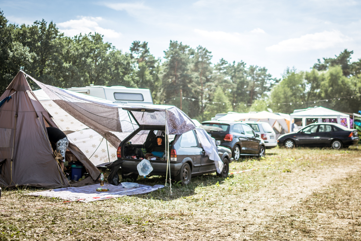 Campingplatz mit einigen Autos und Zelten