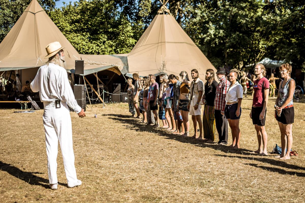 Peter Greb (rechts im Bild) im Tipi Town gibt einen GODO Workshop auf dem New Healing Festival.